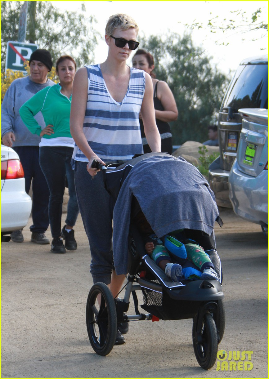 charlize theron runyon canyon hike with jackson 16