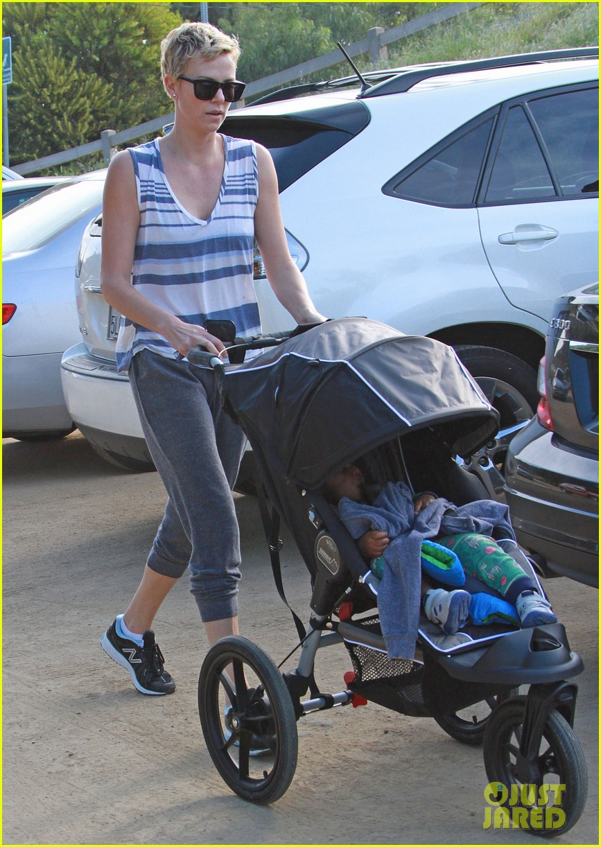 charlize theron runyon canyon hike with jackson 23