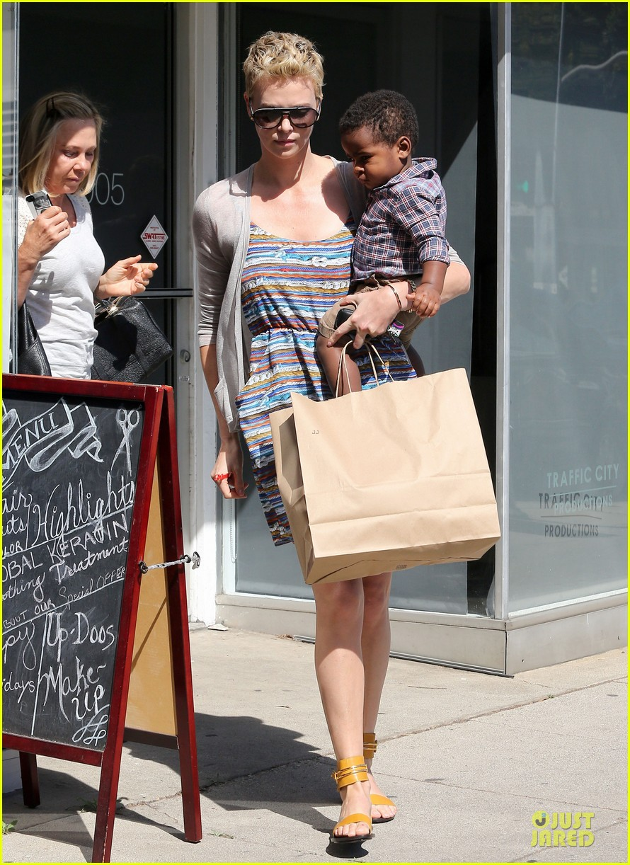 charlize theron haircut trip with jackson 01