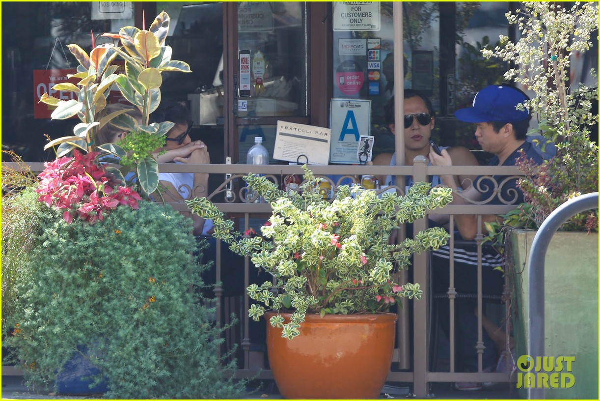 emily vancamp joshua bowman fratelli cafe couple 05