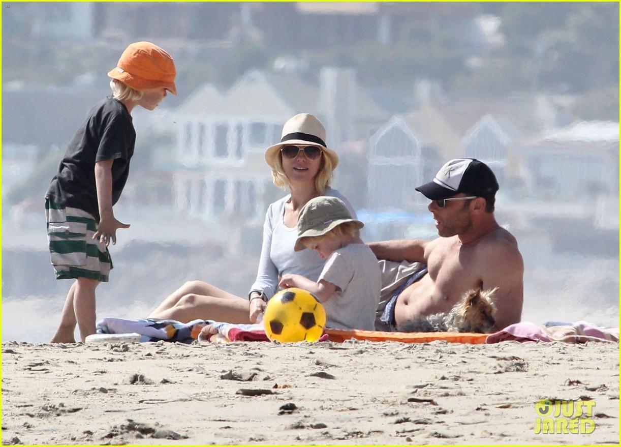 naomi watts shirtless liev schreiber family beach day 04