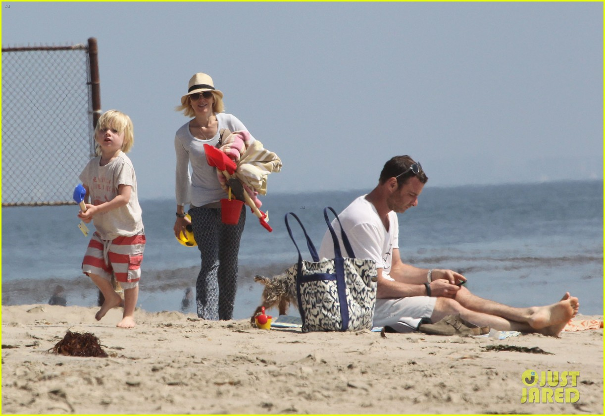 naomi watts shirtless liev schreiber family beach day 06