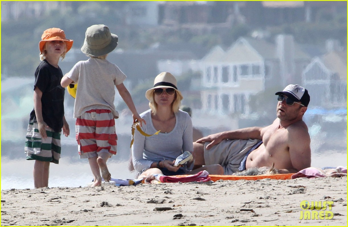 naomi watts shirtless liev schreiber family beach day 18