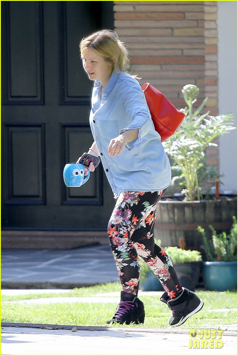 kristen bell steps out for first time since giving birth 09