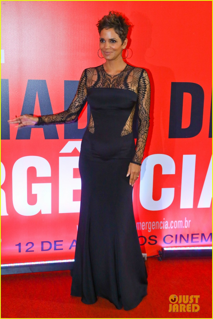 halle berry flaunts baby bump at the call rio premiere 012847968