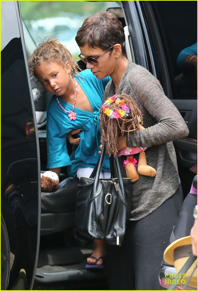 halle berry olivier martinez maui departure with nahla 21