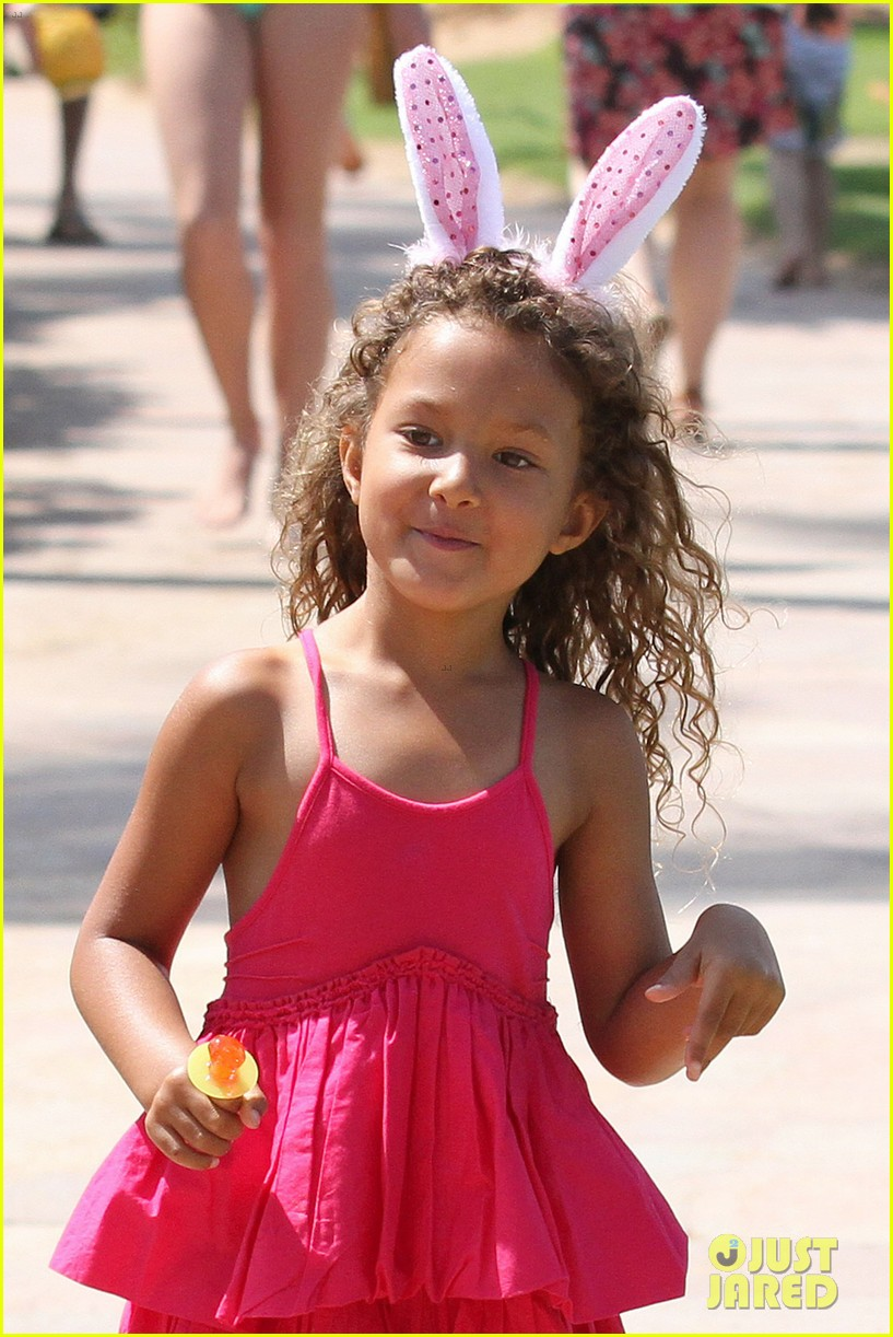 halle berry maui easter egg hunt with nahla 04