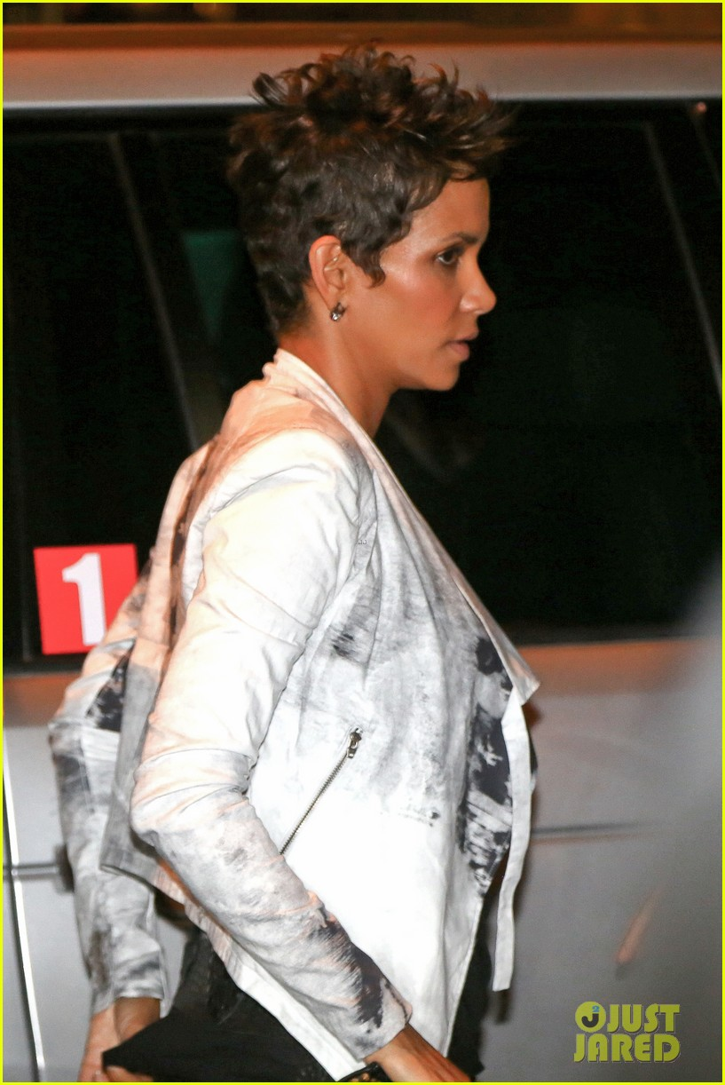 pregnant halle berry mama cannot take time off 02