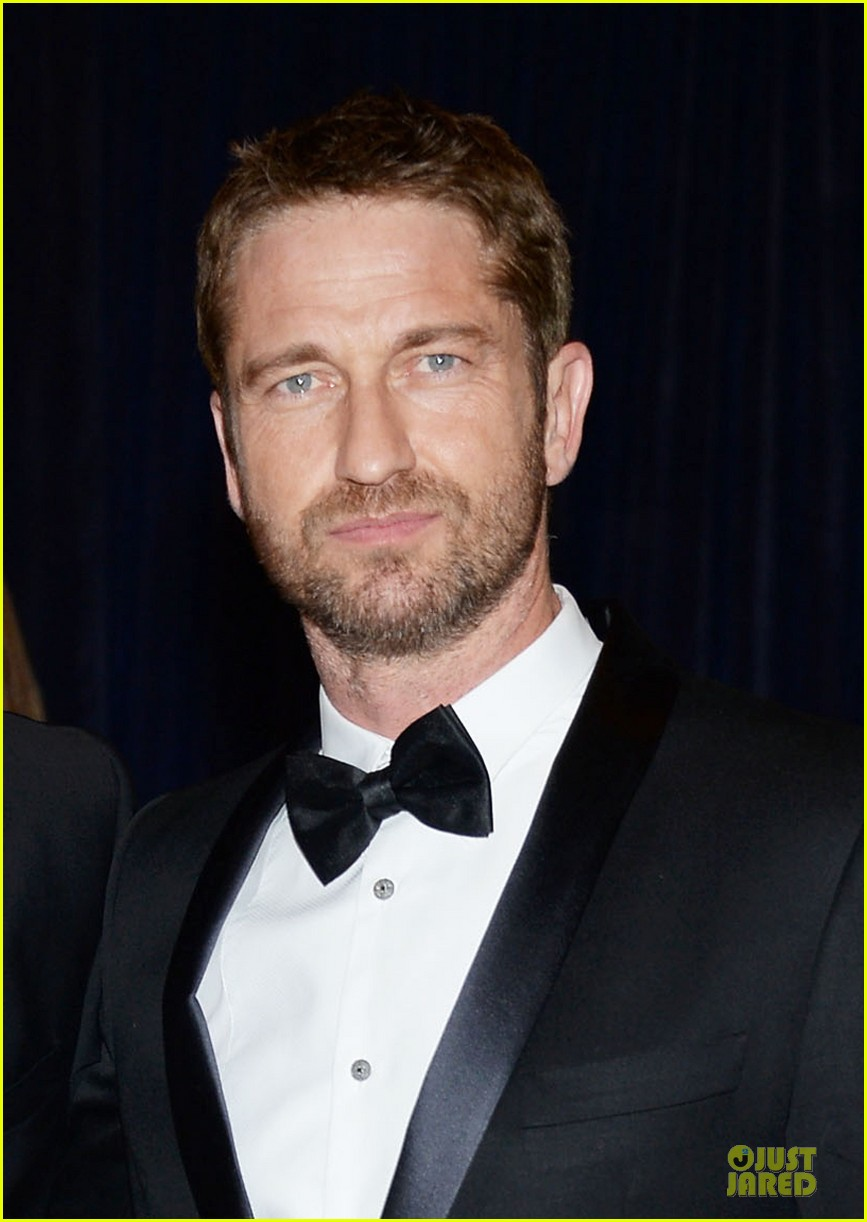 gerard butler white house correspondents dinner 2013 red carpet 02