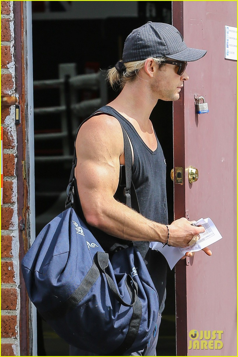 chris hemsworth elsa pataky separate easter outings 14