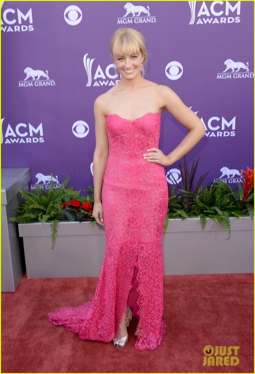 kaley cuoco beth behrs acm awards 2013 red carpet 052845147