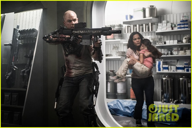 matt damon shirtless in elysium new trailer photos 01