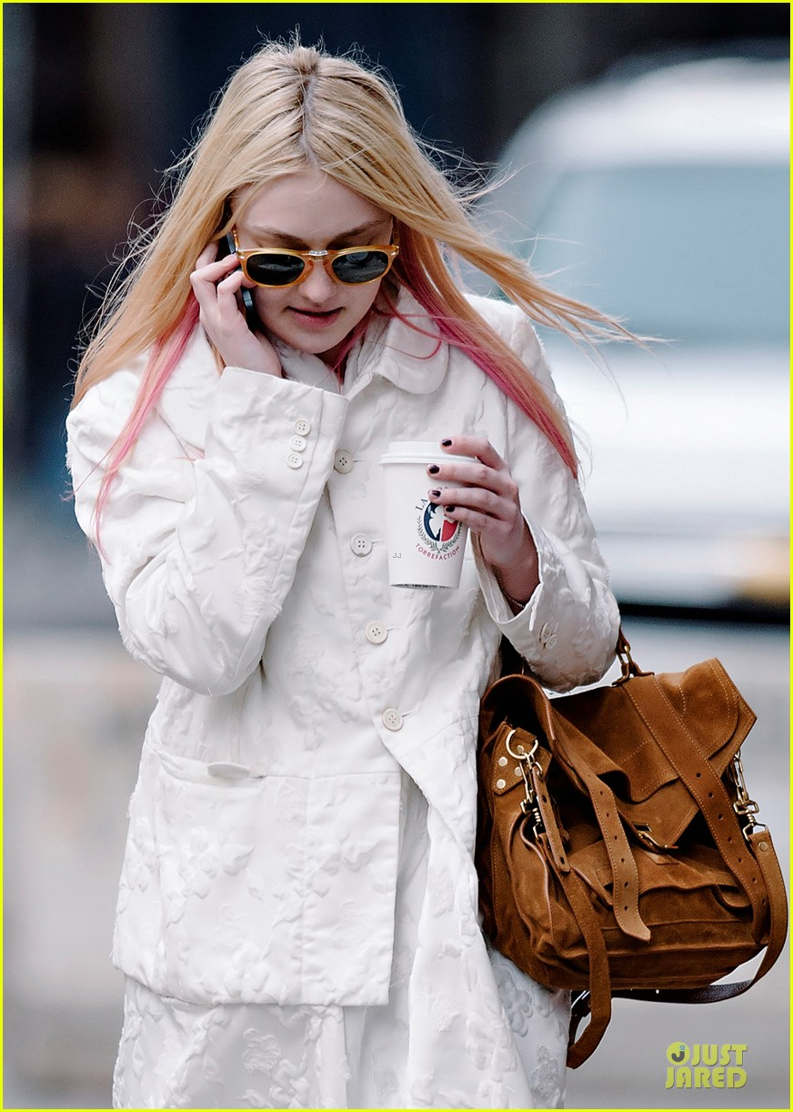 dakota fanning pink haired phone chatter 042844176
