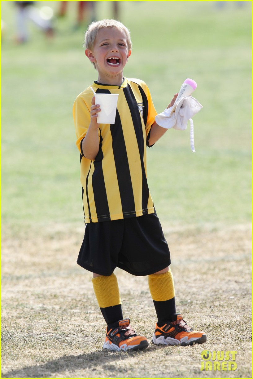 kevin federline cheers sean preston jayden james soccer games 102845325