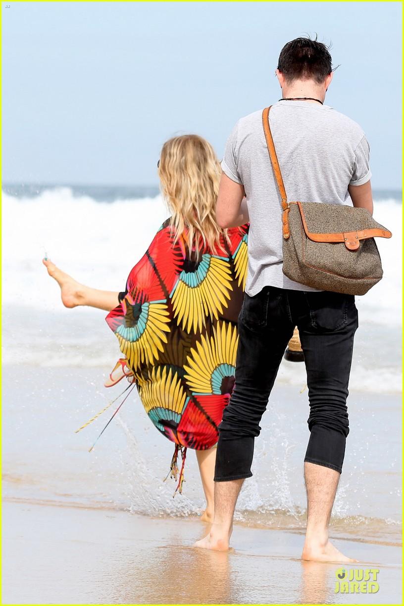 fergie pregnant brazilian beach stroll 18