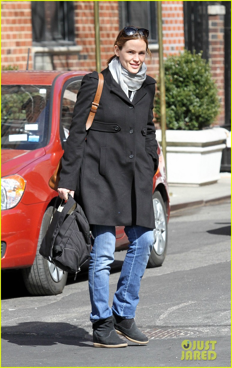 jennifer garner visits new york ben affleck on daddy duty 022843036