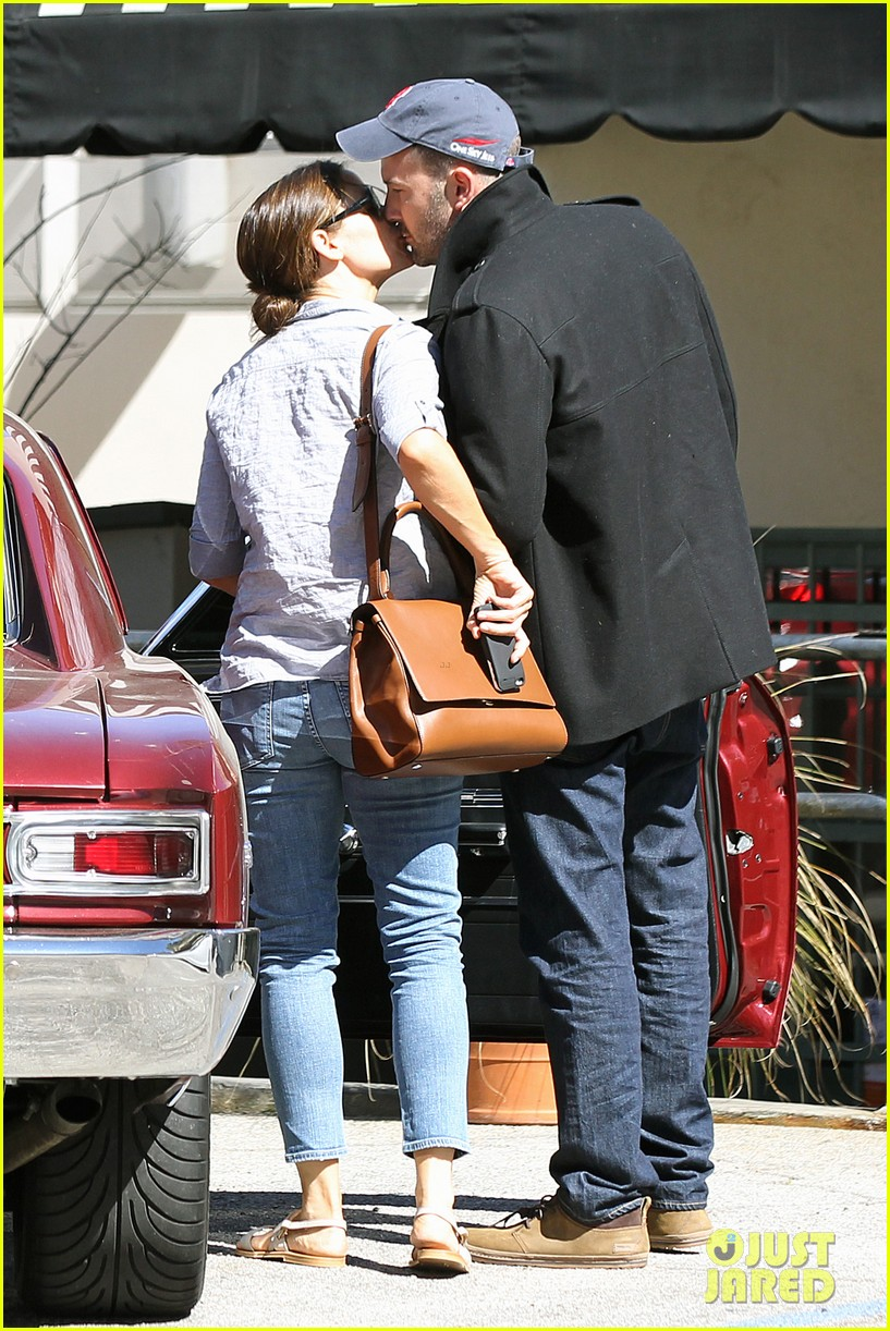 jennifer garner ben affleck kissing couple 12
