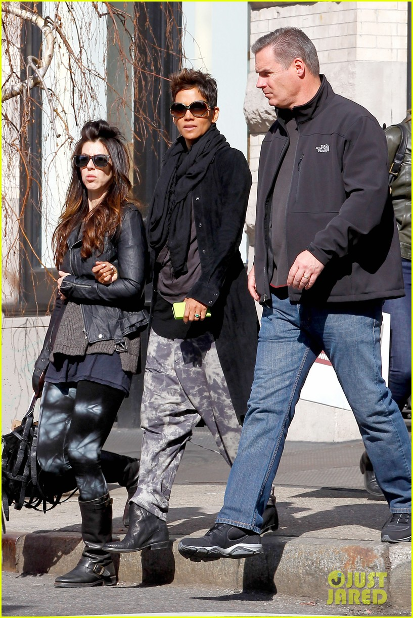 halle berry pregnant shopper in nyc 092845095