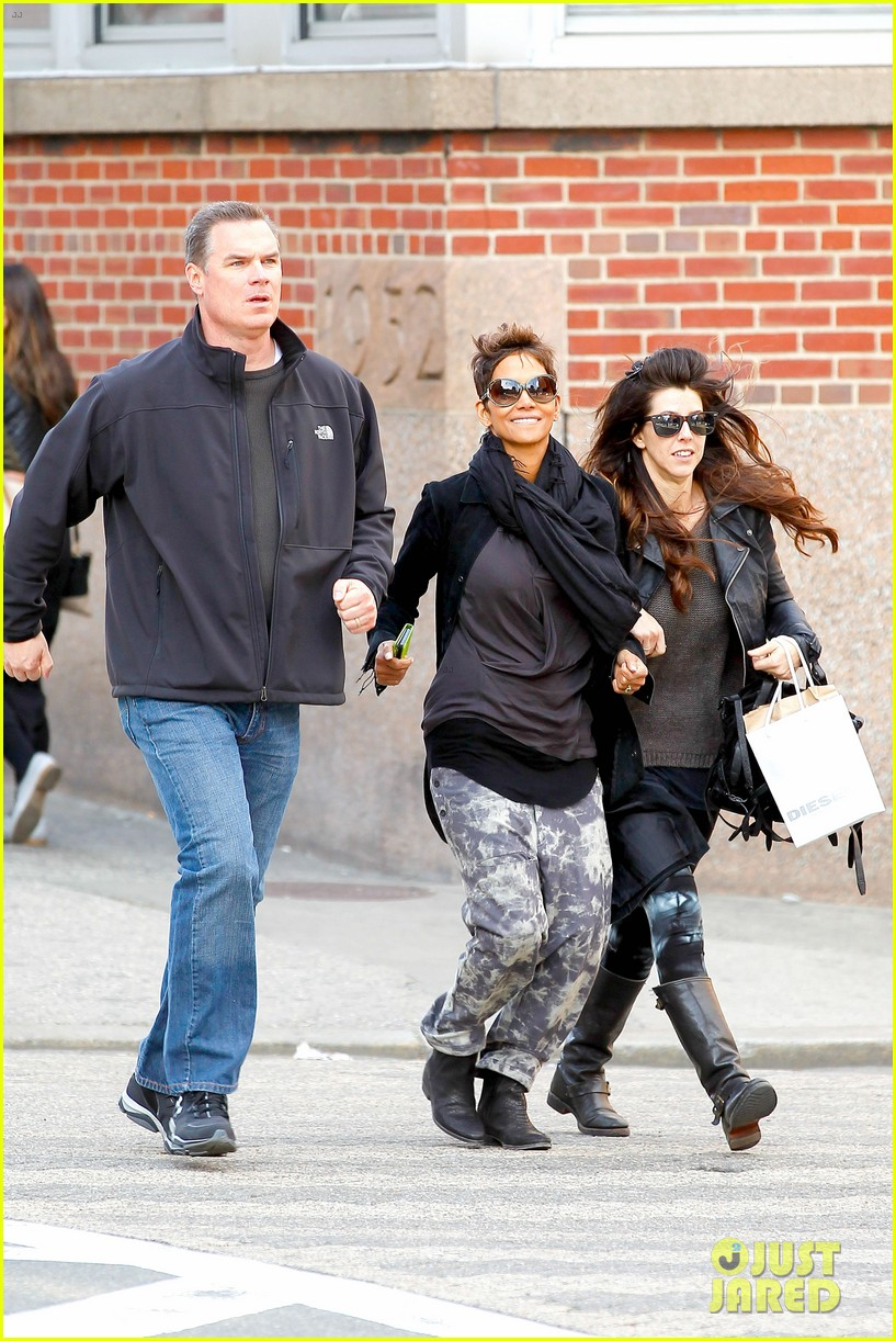 halle berry pregnant shopper in nyc 12