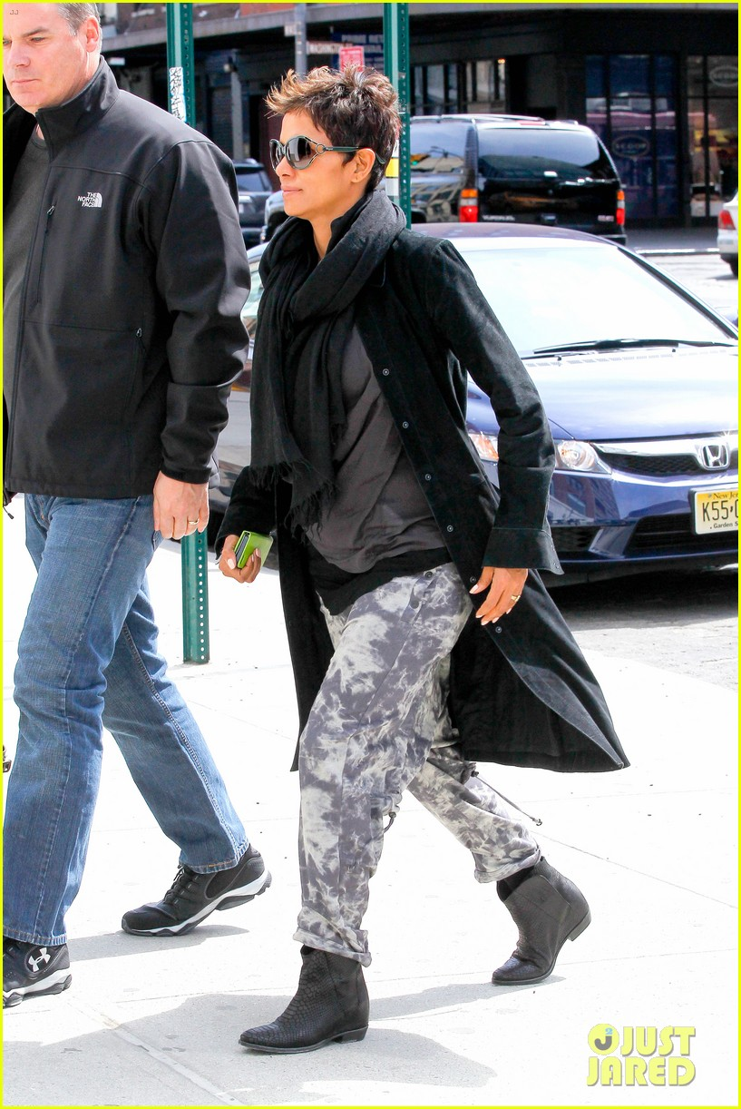 halle berry pregnant shopper in nyc 26