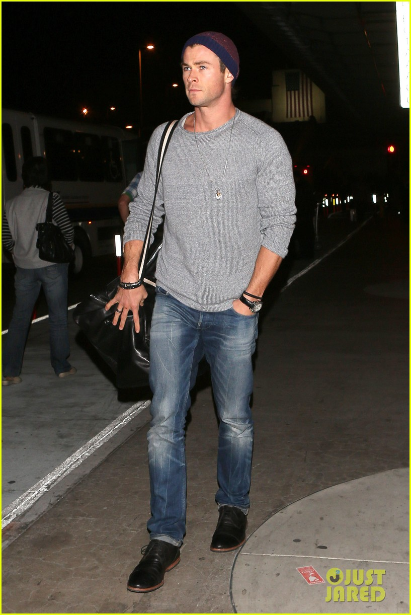 chris hemsworth catches flight liam hemsworth goes skateboarding 012855614