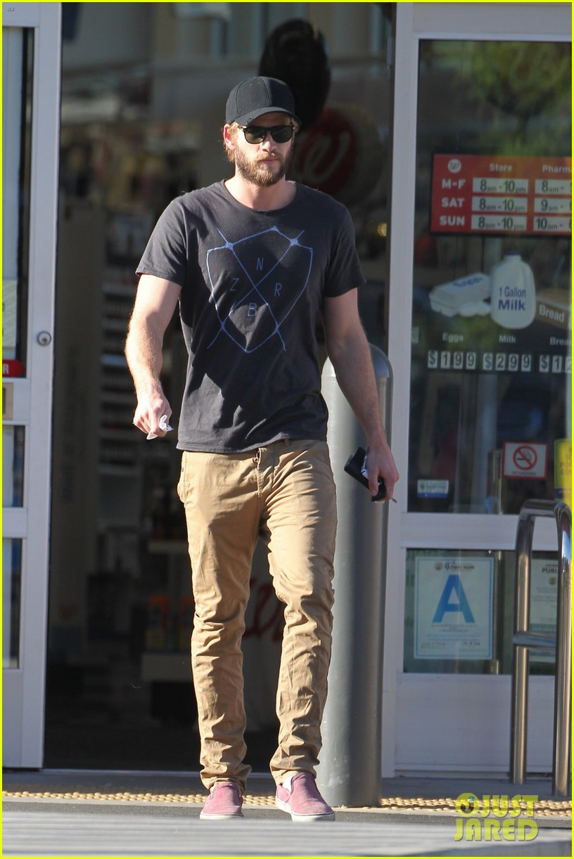chris hemsworth catches flight liam hemsworth goes skateboarding 062855619