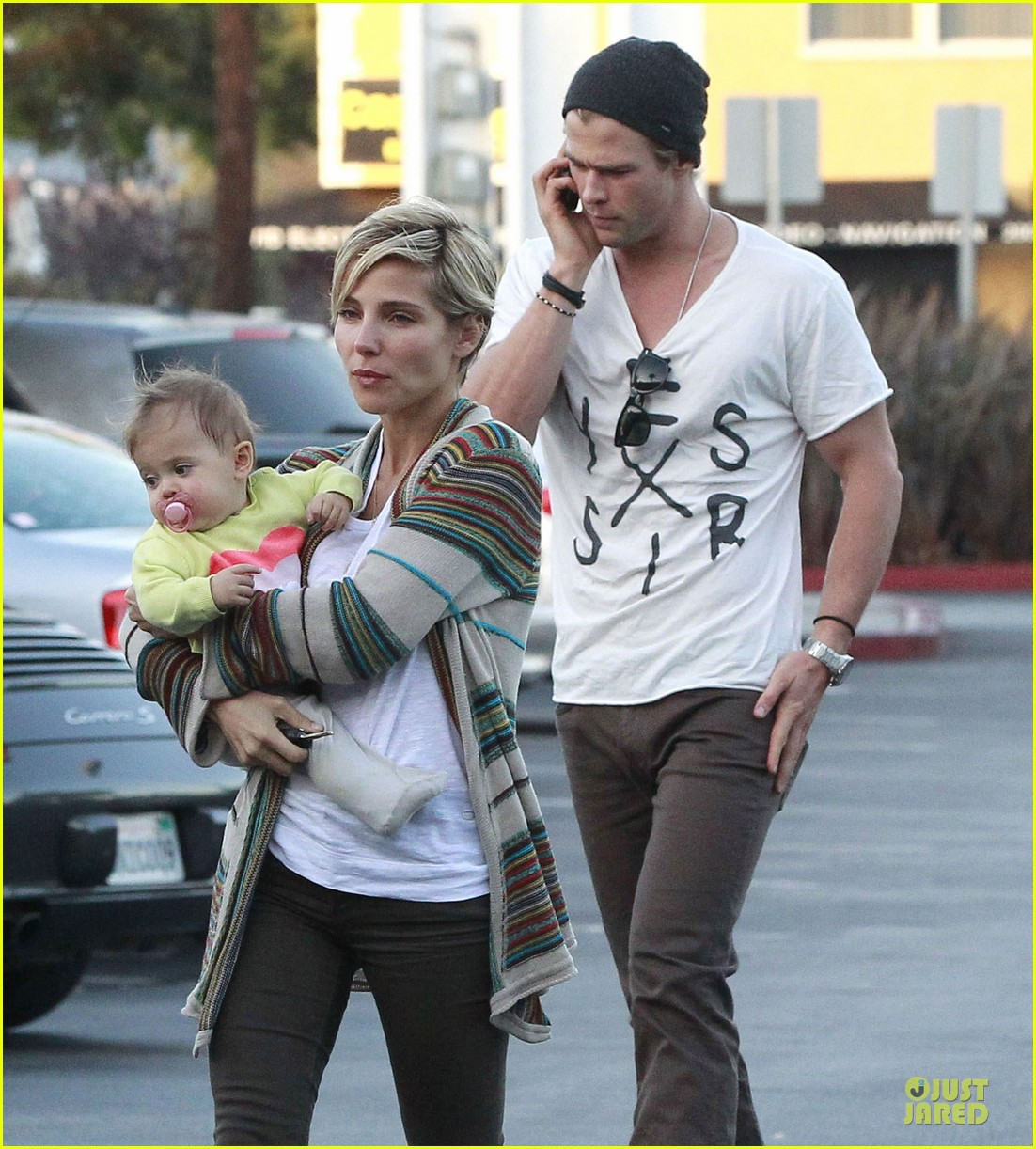 chris hemsworth elsa pataky grocery shopping after easter 02
