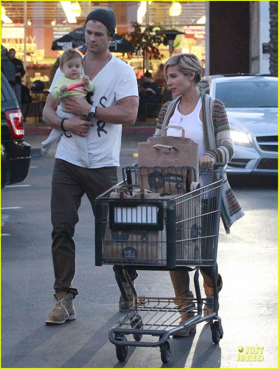 chris hemsworth elsa pataky grocery shopping after easter 03