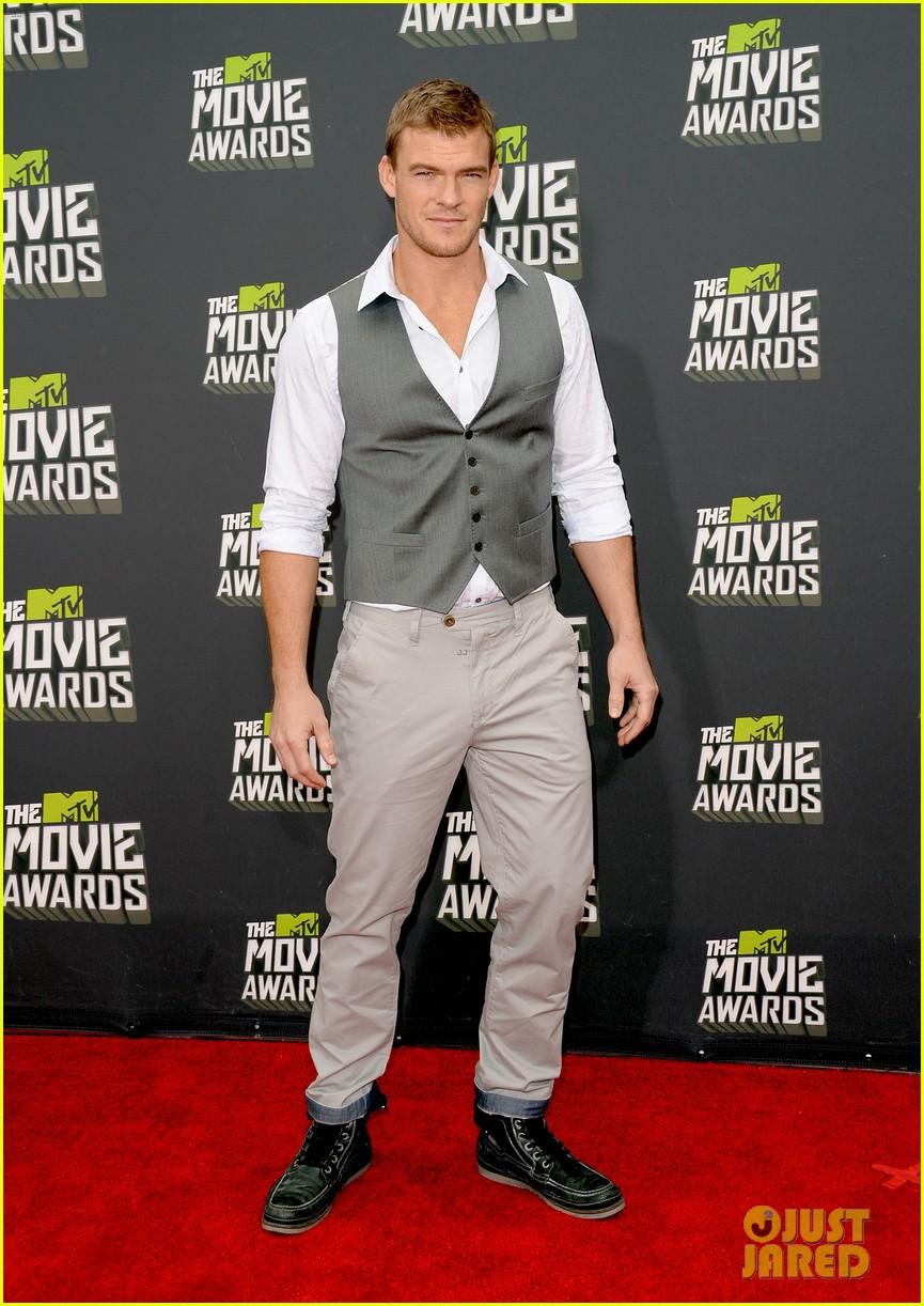 liam hemsworth alan ritchson mtv movie awards 2013 05