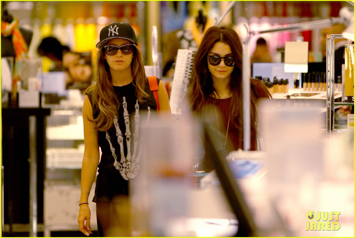 vanessa hudgens ashley tisdale hide behind their bags 02