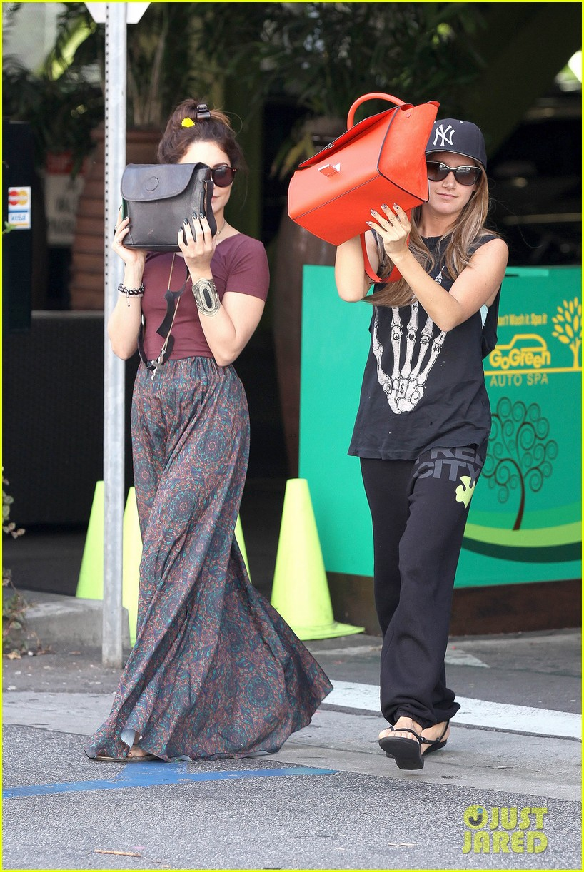 vanessa hudgens ashley tisdale hide behind their bags 11