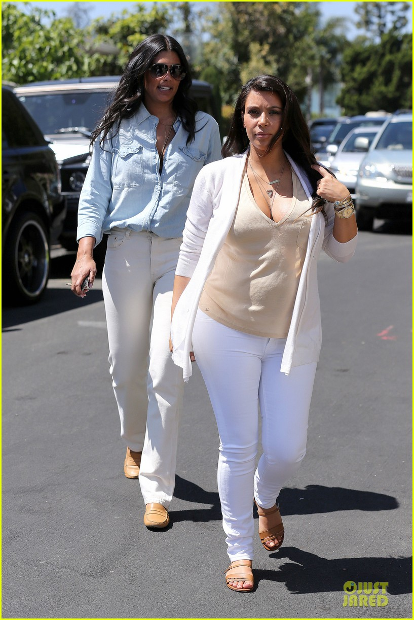 kim kardashian braless house hunting 082854289