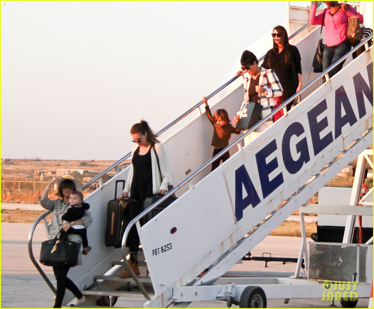 pregnant kim kardashian lands in greece with family 20