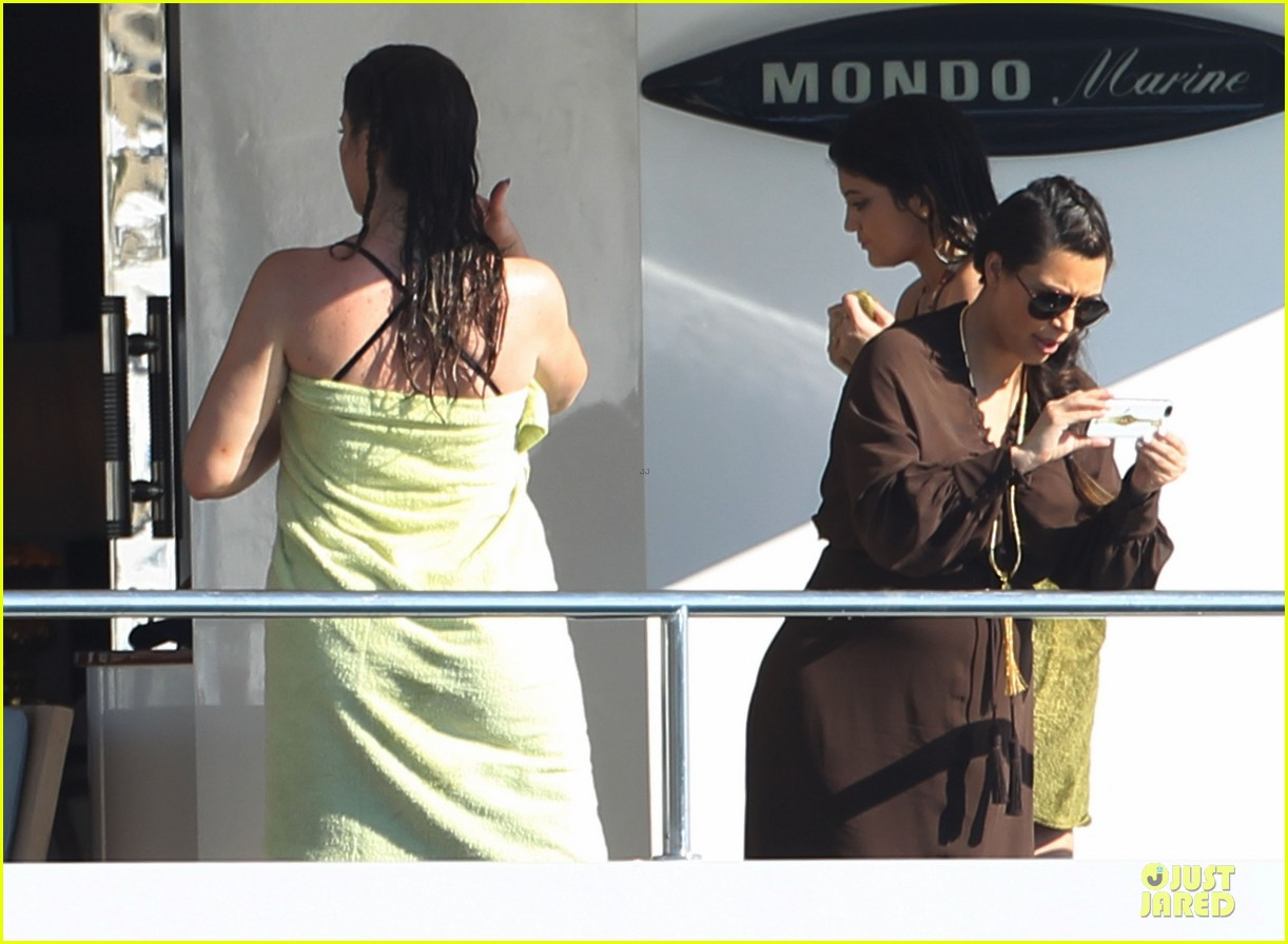 pregnant kim kardashian greece yacht with family 41
