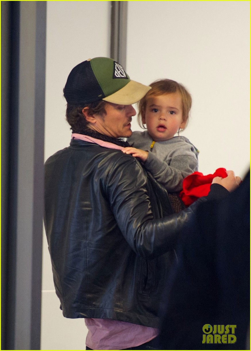 miranda kerr orlando bloom easter landing with flynn 02