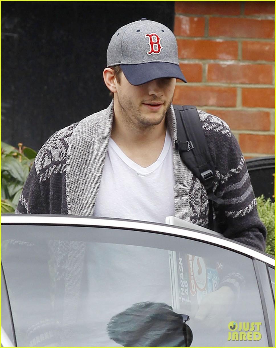 ashton kutcher wears boston hat after terrorist attacks 142851481