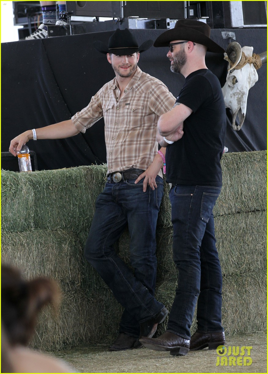 ashton kutcher returns to stagecoach festival after fight 02