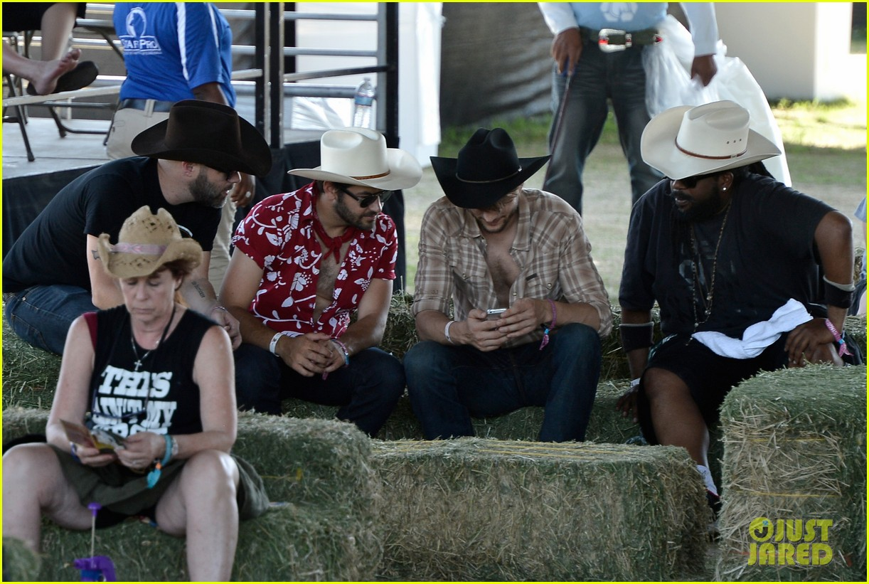 ashton kutcher returns to stagecoach festival after fight 092860458