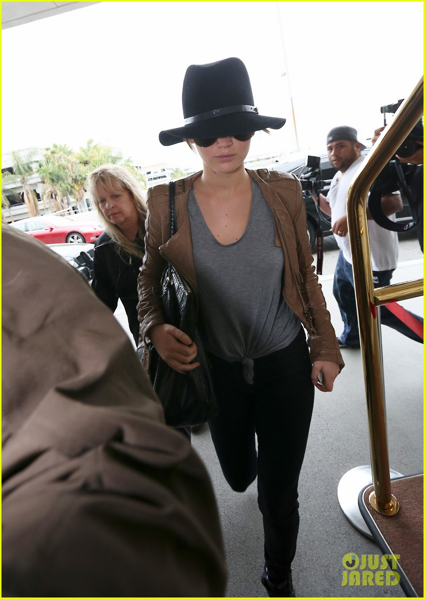 jennifer lawrence low key at lax after nicholas hoult dinner 02