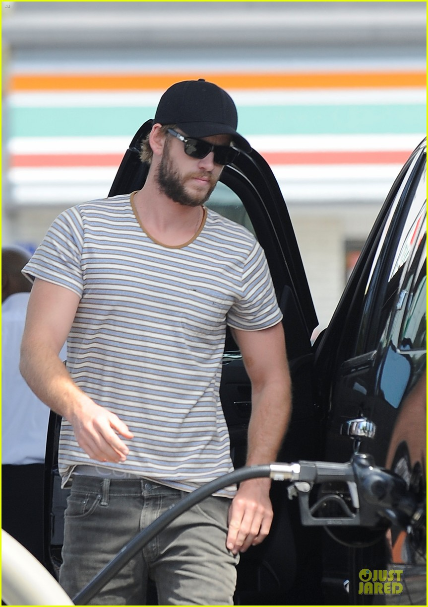 liam chris hemsworth filling up on gas groceries 02