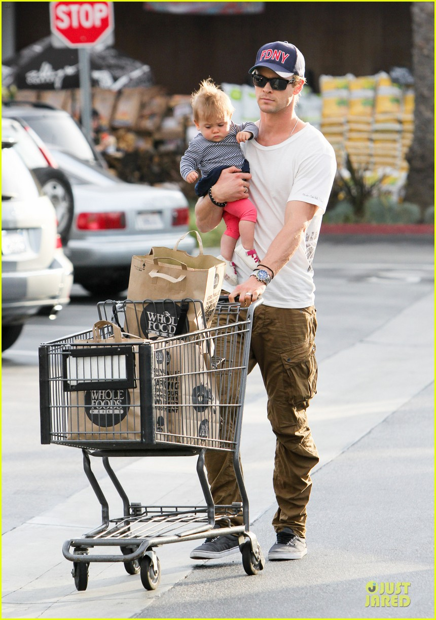 liam chris hemsworth filling up on gas groceries 06