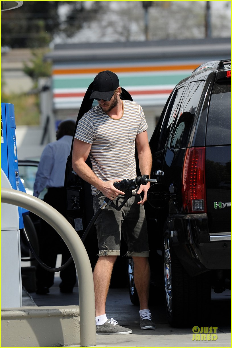 liam chris hemsworth filling up on gas groceries 08