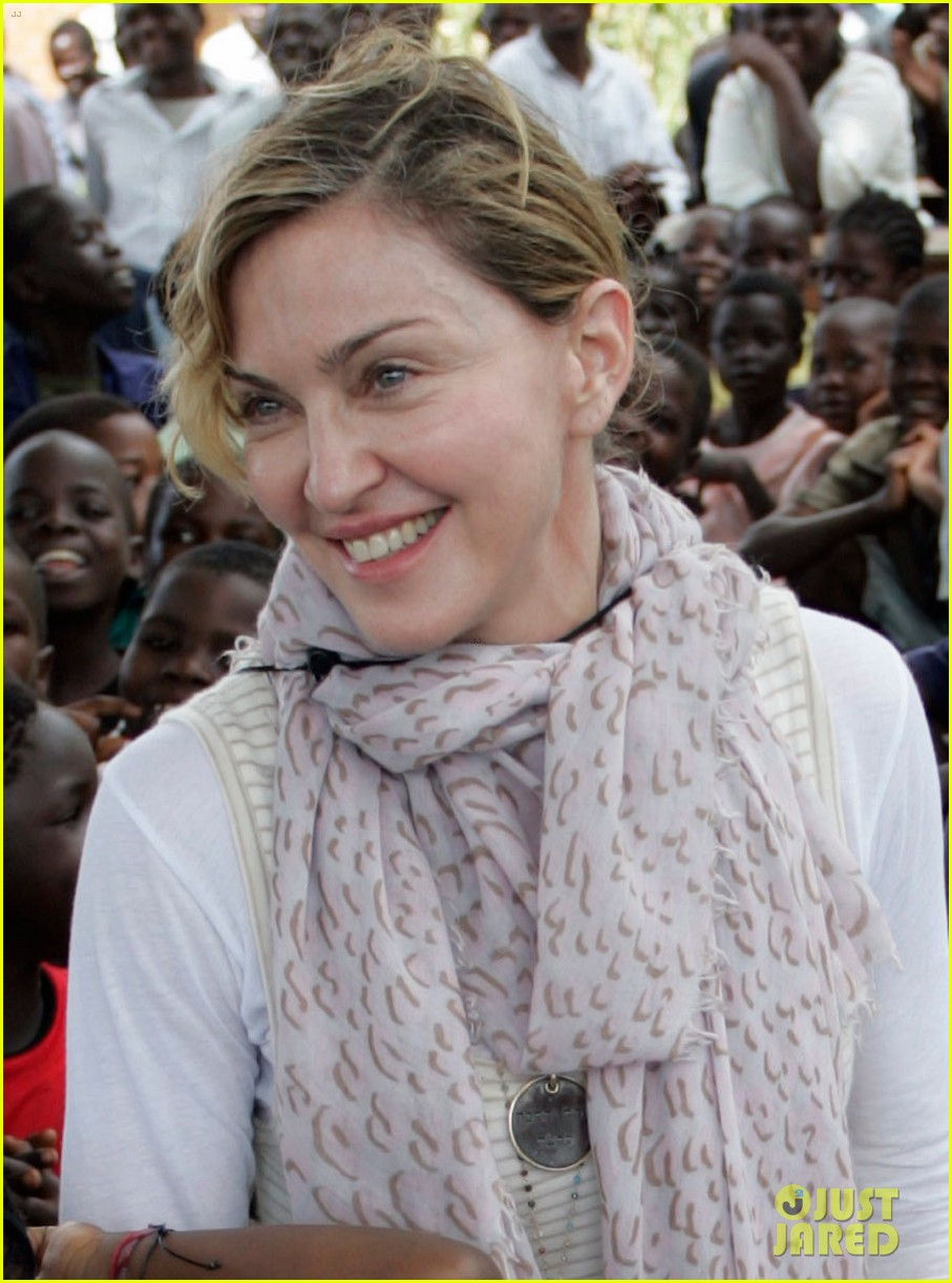 madonna malawai school visit with the kids 032843071