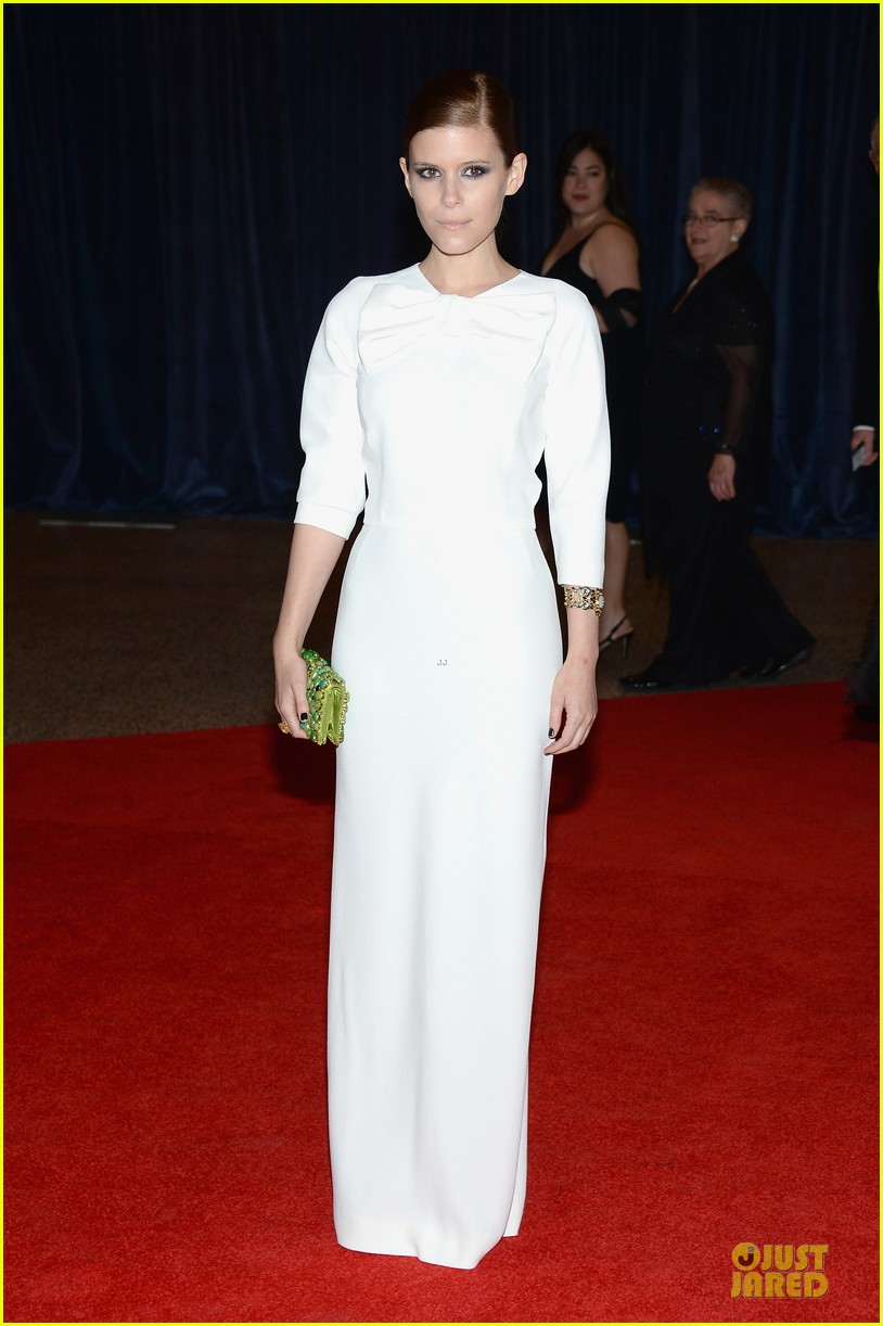 kate mara white house correspondents dinner 2013 red carpet 01
