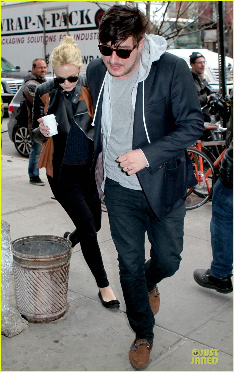 carey mulligan marcus mumford holding hands in the east village 03