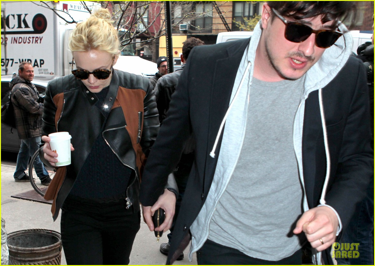 carey mulligan marcus mumford holding hands in the east village 04
