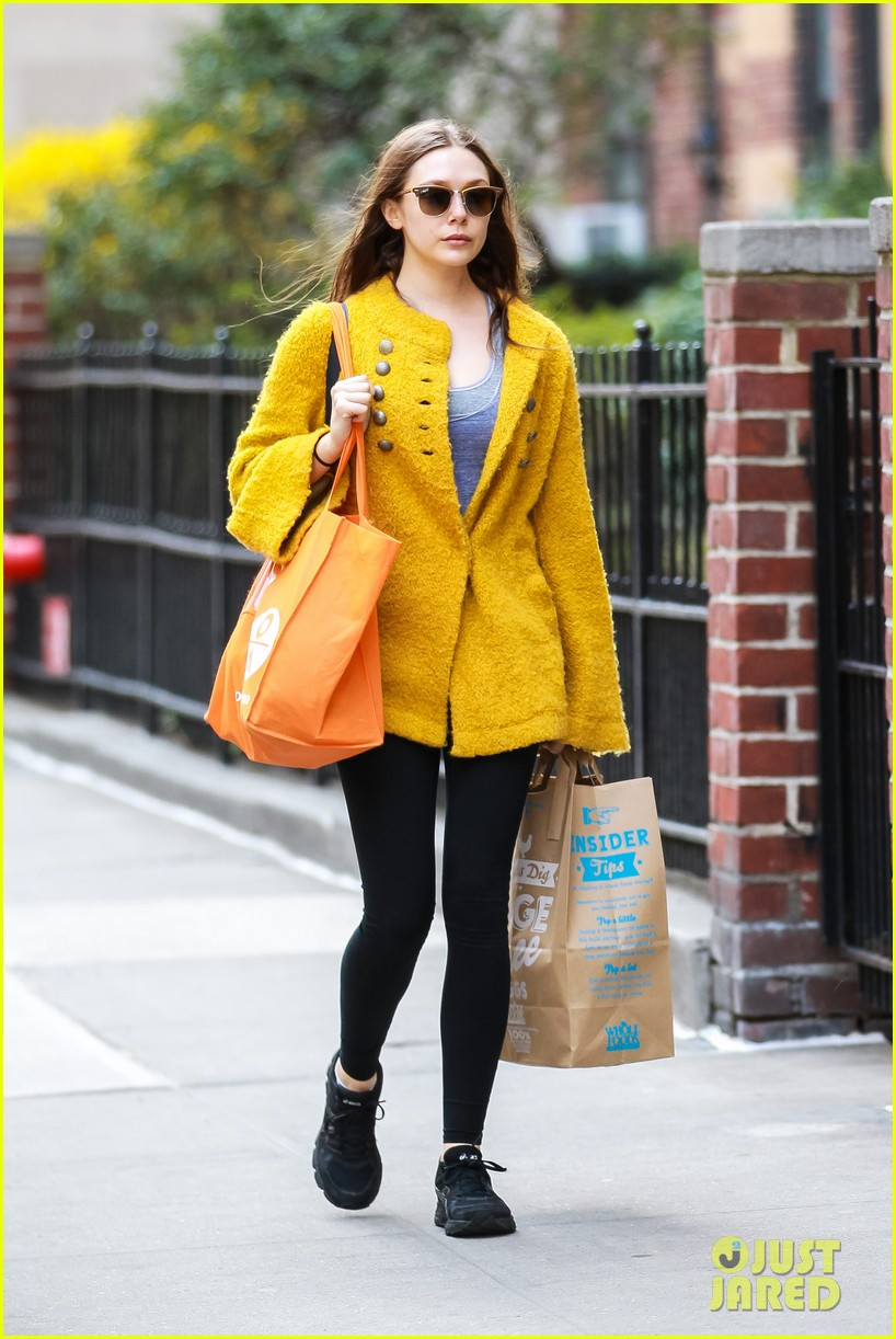 elizabeth olsen nighttime stroll in the big apple 012847634