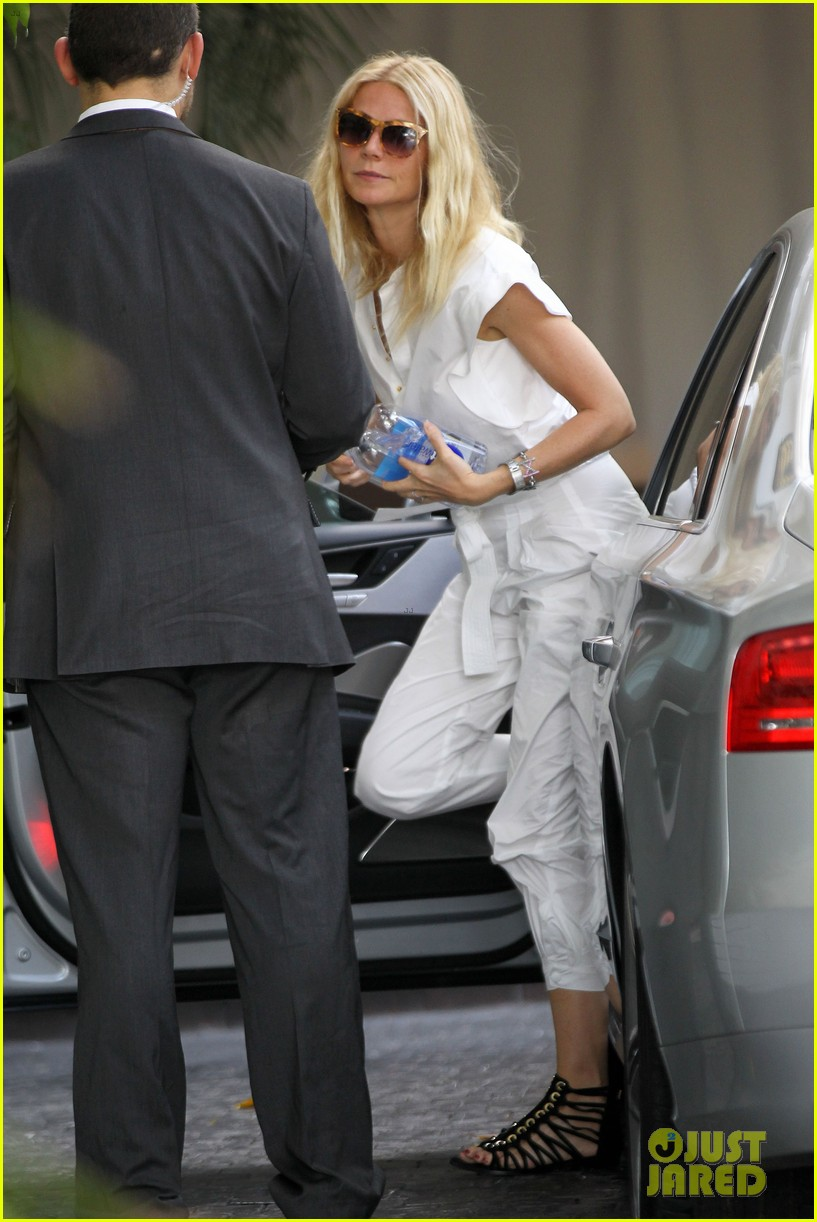 gwyneth paltrow chateau=visit before book signing 01