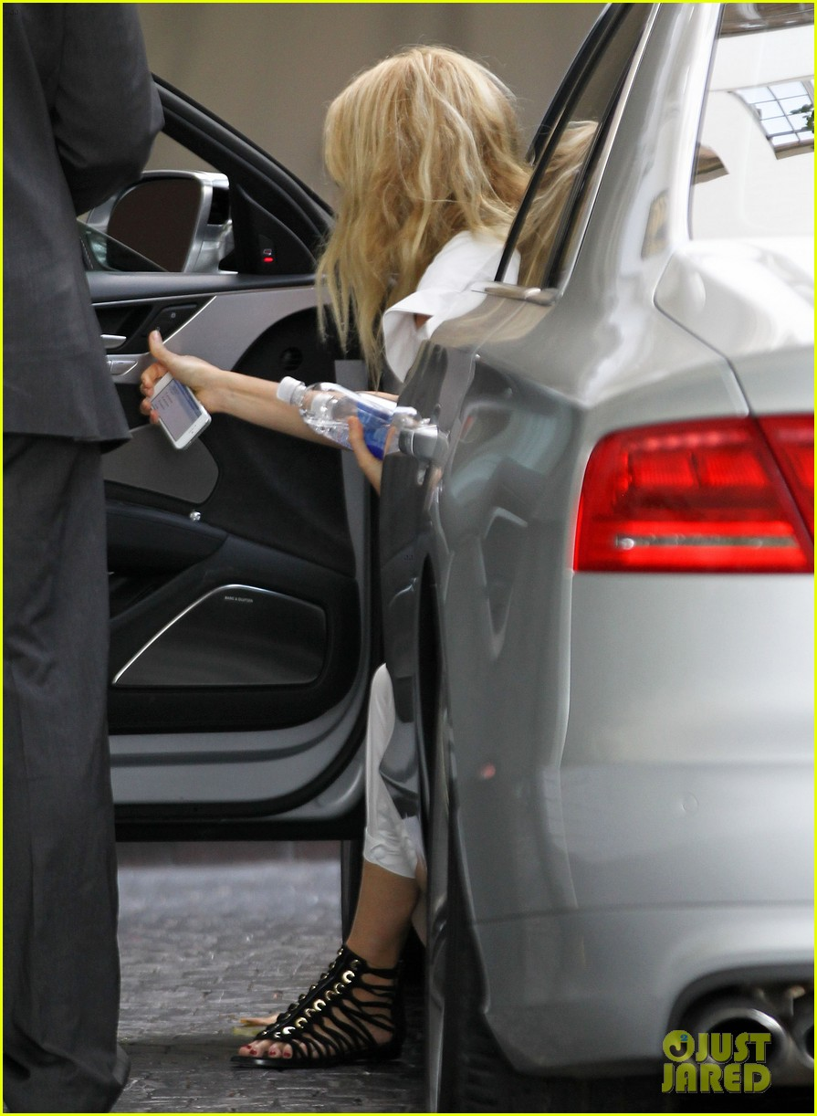 gwyneth paltrow chateau=visit before book signing 06