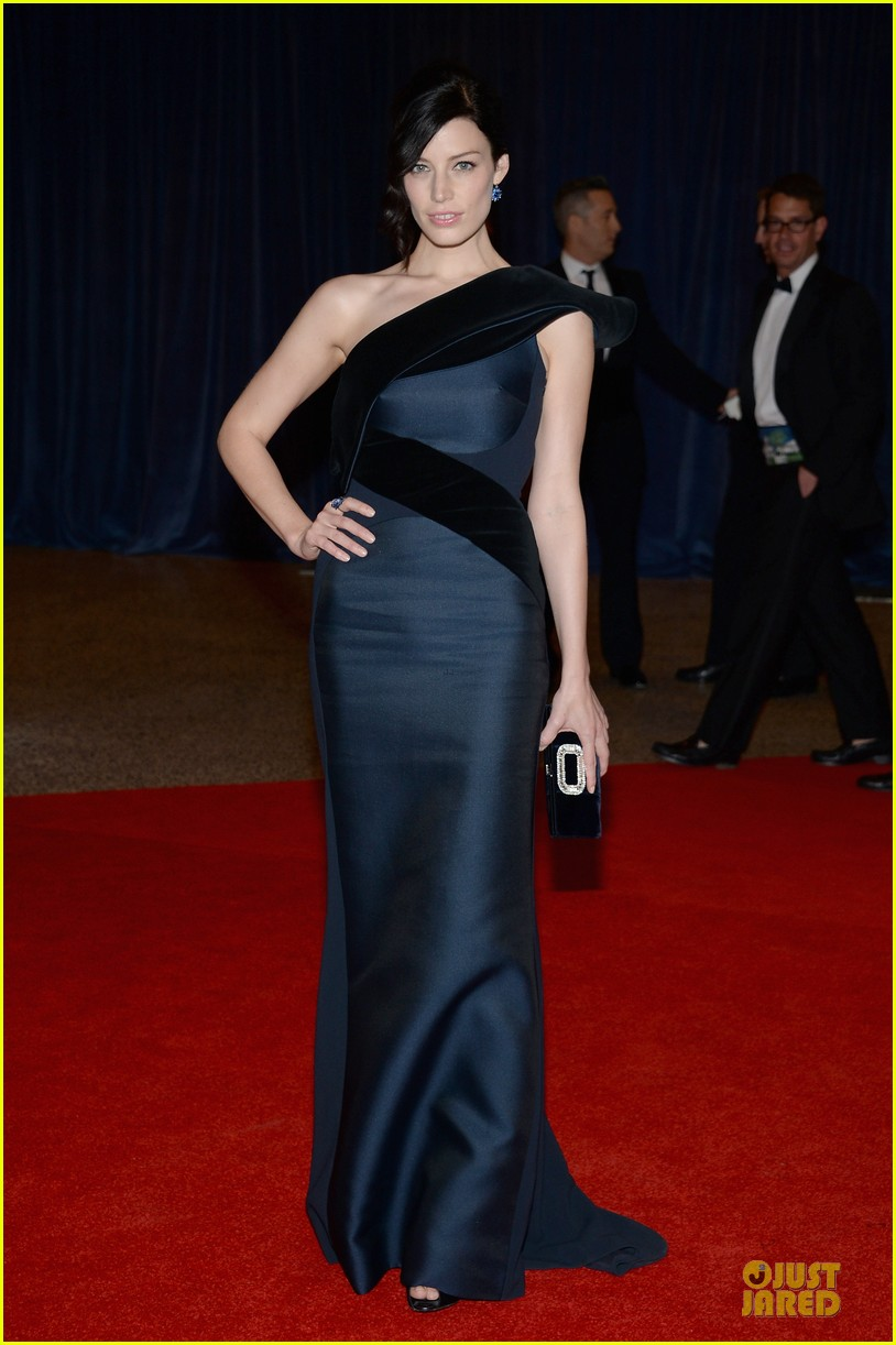 jessica pare white house correspondents dinner 2013 red carpet 05